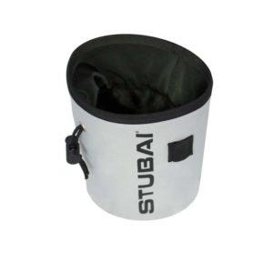 Das Bild zeigt ein Stubai Chalkbag in der Farbe Weiß von schräg seitlich und leicht oberhalb. Man erkennt den Magnesiumbeutel sehr gut und sein Design, sowie den Logo Schriftzug, den Bürstenhalter und der Tanka Verschluss.