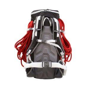 Das Bild zeigt den Stubai Rucksack Alpin 35 plus von der Rückseite. Man erkannt alle Produktdetails wie Hüftgurt, Schulterriemen, Kompressionsriemen und Deckeltasche. Es ist ein rotes Seil außen am Rucksack montiert zur Veranschaulichung.