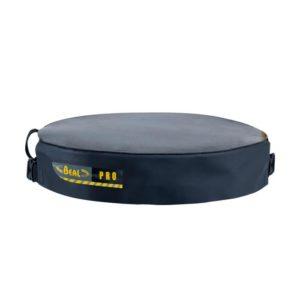 Das Bild zeigt den Beal Bucket Hat. Man sieht den schwarzen Kunststoffdeckel in Bildmitte. Man versteht sofort seine Funktion als Abdeckung für die passende Materialtasche.