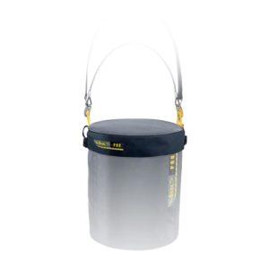 Das Bild zeigt den Beal Bucket Hat auf dem angedeutetem, passenden Werkzeugeimer. Man sieht den schwarzen Kunststoffdeckel in Bildmitte. Man versteht sofort seine Funktion als Abdeckung für die darunterliegende Materialtasche.
