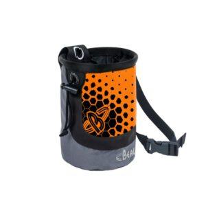 Das Bild zeigt das Beal Chalkbag Maxi Cocoon in orange. Es ist in Bildmitte zu sehen, man erkennt das Produkt mit dem Logo, gepunkteten Vorderseite und dem Hüftband.