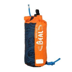 Das Bild zeigt einen orangen Beal Rope Out Seilsack. Er steht aufrecht in Bildmitte und man erkennt ein blaues Seil das darin verpackt ist.