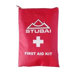 """Das Bild zeigt ein Erste Hilfe Set Outdoor. Der rote Kunststoff Bag mit dem Stubai Logo und einem weißem Kreut ist in Bildmitte zu sehen. Im unteren Bereich steht """"First Aid Kit""""."""