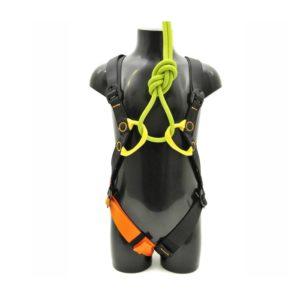 Das Bild zeigt den Kinder Klettergeschirr Kong GoGo. Er ist montiert auf einer schwarzen Puppe zu sehen. Man erkennt alle Produktdetails wie Schlaufen, Schnallen und Bänder.