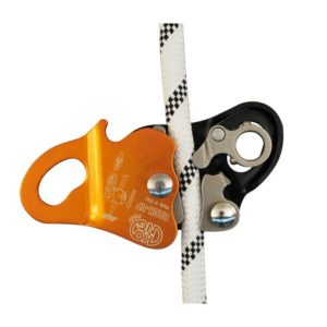 Das Bild zeigt das Kong Back-Up Auffanggerät. Das orange, mitlauffende Auffanggerät ist offen und an einem weißem Seil montiert zu sehen. So erkennt man am geöffneten Gerät den Klemmechanismus im Inneren.