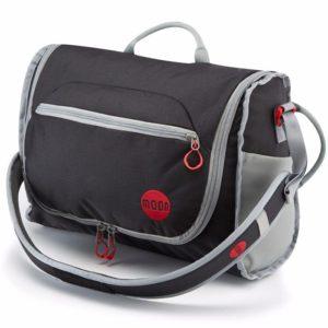 Das Bild zeigt einen Moon Bouldering Bags. Die rote Bouldertasche steht in Bildmitte. Man erkennt ihre Features und die Außentasche sowie Schulterriemen.
