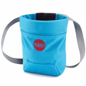 das Bild zeigt ein Moon Sport Chalkbag in der Farbe blau. Der Moon MAgnesiumbeutel steht in Bildmitte. Man erkennt die Form, das Logo und das Hüftband.
