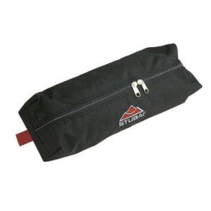 Das Bild zeigt die Stubai Steigeisentasche. Eine schwarze, quaderförmige Tasche mit einem großen silbernen Reißverschluss.