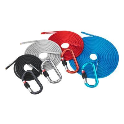 Das Bild zeigt vier verschiedene Längen und FArben einer Dyneema Reepschnur von Austrialpin. Sie liegen wie Schnecken nebeneinander, davor jeweils ein Karabiner in passender Farbe.