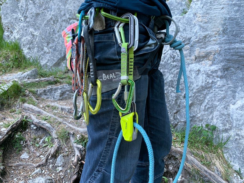 Das Bild zeigt das Edelrid Ohm wie es am Klettergurt vorbereitet eingehängt ist. Das Seil ist in korrekter Richtung durch den Vorschaltwiderstand geführt und in die Materialschlaufe eingehängt.