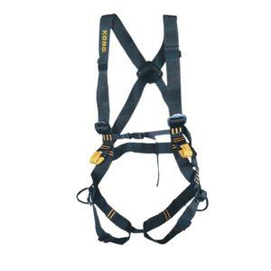 Das Bild zeigt das Klettergeschirr Kong Ferrata Full. Der schwarze Klettersteiggurt ist in Bildmitte zu sehen. Man erkennt seine Form sowie alle Produktdetails wie Bänder, Schnallen und Materialschlaufen.