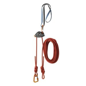Das Bild zeigt das Klettersteig Sicherungsset Skylotec Top-Belay. Das Set ist in Bilmitte und vertikal angebracht zu sehen. Man erkennt alle Komponenten und seine Funktionsweise ganz besonders gut.