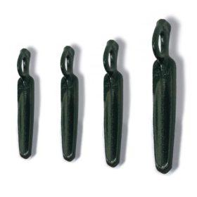 Das Bild zeigt vier unterschiedliche Größen des Kong Athos Hard Felshaken. Sie stehen aufrecht von links nach rechts dargestellt in einem weißem Quadrat. Die Karabineröse schaut jeweils nach oben.