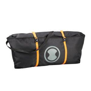 Das Bild zeigt den Skylotec Rope Bag. Der schwarze Seilsack ist leicht schräg in Bildmitte zu sehen. Man erkennt seine Form und Funktion.