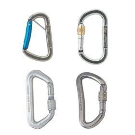 Das Bild zeigt vier verschiedene Stahlkarabiner in einem weißem Quadrat. Man erkennt die unterschiedlichen Formen, verschiedene Größen und somit die unterschiedlichen Anwendungszwecke.