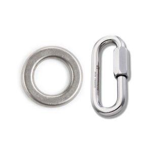 Das Bild zeigt einen Abseilring 10mm ohne Schweißnaht und ein 7mm Rapidglied. Er liegt in Bildmitte und man erkennt perfekt seine Form und den Stahl. Rechts daneben das Schraubglied.
