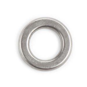 Das Bild zeigt einen Abseilring 10mm ohne Schweißnaht. Er liegt in Bildmitte und man erkennt perfekt seine Form und den Stahl.