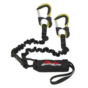 Das Bild zeigt das Austrialpin Colt Evo Klettersteigset. Es liegt gewunden aufgelegt in Bildmitte. Man erkennt die Produktdetails wie die Anseilschlaufe, BAndfalldämpfer, Stretch Arme und die gelben Klettersteigkarabiner.