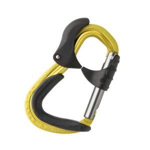 Das Bild zeigt den Austrialpin Colt Klettersteigkarabiner. Der gelbe Karabiner mit dem schwarzen Kunststoff Aufsätzen liegt in Bildmitte. Man erkennt seine Form, die Handballensicherung und den Abriebschutz.