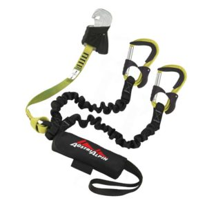 Das Bild zeigt das Austrialpin Hydra Evo Klettersteigset. Es liegt gewunden aufgelegt in Bildmitte. Man erkennt die Produktdetails wie die Anseilschlaufe, Bandfalldämpfer, Drahtseil-Klemme, Stretch Arme und die gelben Klettersteigkarabiner.