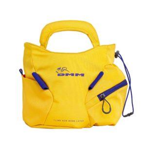 Das Bild zeigt das DMM Edge Boulder Chalkbag. Man sieht das Produkt von frontal vorne und erkennt viele Produktdetails. Das gelbe Chalkbag hat zwei Außentaschen, zwei Bürstenhalter sowie große Trageriemen. In der Mitte ist das DMM Logo.