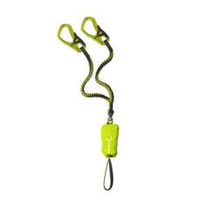 Das Bild zeigt das Edelrid Cable Comfort 5.0 Klettersteigset. Es ist in Bildmitte zu sehen, wo es leicht gewunden aufgelegt ist. Man erkennt alle Details des Produktes, wie die Einbindeschlaufe, den Bandfalldämpfer, den kleinen Wirbel sowie die Stretch Arme und die Klettersteigkarabiner.
