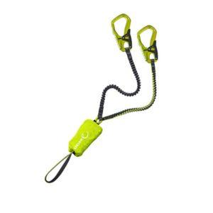 Das Bild zeigt das Edelrid Cable Kit 5.0 Klettersteigset. Es ist in Bildmitte zu sehen, wo es leicht gewunden aufgelegt ist. Man erkennt alle Details des Produktes, wie die Einbindeschlaufe, den Bandfalldämpfer sowie die Stretch Arme und die Klettersteigkarabiner.
