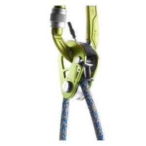 Das Bild zeigt die Edelrid Spoc Umlenkrolle mit Rücklaufsperre eingehängt in einen Karabiner und mit einem blauen Seil belastet. Die gesamte Vorrichtung hängt nach unten wie bei einem Heben von Lasten.