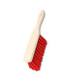 Das Bild zFels Handbesen Elaston. Der Besen liegt senkrecht in Bildmitte mit den Borsten nach rechts. Man erkennt den Holzgriff sowie die roten Elastonborsten.