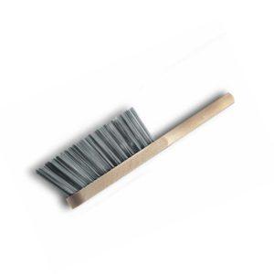 Das Bild zeigt einen Fels Handbesen Stahldraht. Der Besen liegt schräg in Bildmitte mit den Borsten nach oben. Man erkennt den Holzgriff sowie die silbernen Stahlborsten.