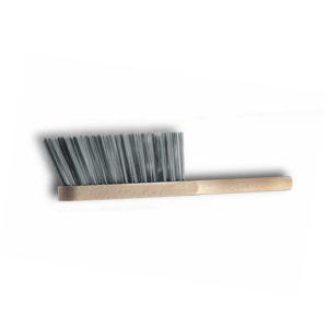 Das Bild zeigt einen Fels Handbesen Stahldraht. Der Besen liegt waagrecht in Bildmitte mit den Borsten nach oben. Man erkennt den Holzgriff sowie die silbernen Stahlborsten.