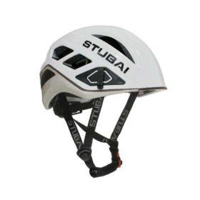 Das Bild zeigt einen weiß schwarzen Klettersteig Helm von Stubai. Er ist in Bildmitte zu sehen. Man erkennt die Beschaffenheit des Helms, seine Lüftungsschlitze sowie den Kinnriemen.