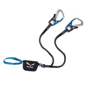 Das Bild zeigt das Salewa Ergo Tex Klettersteigset. Es liegt leicht gewunden in Bildmitte. Man erkennt die Produktdetails wie die Einbindeschlaufe, den Bandfalldämpfer, den Wirbel, die Stretch Arme und die beiden silbern-blauen Klettersteigkarabiner.