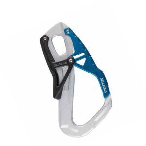 Das Bild zeigt den Salewa Ergotec Klettersteigkarabiner. Der silbern-blaue Karabiner steht aufrecht in Bildmitte. Man erkennt den silbernen RAhmen, den blauen Schnapper sowie die schwarze Kunststoff Handballensicherung.