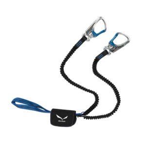 Das Bild zeigt das Salewa Premium Attac Klettersteigset. Es liegt leicht gewunden in Bildmitte. Man erkennt die Produktdetails wie die Einbindeschlaufe, den Bandfalldämpfer, die Stretch Arme und die beiden silbern-blauen Klettersteigkarabiner.