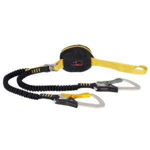 Das Bild zeigt das Singing Rock Phario 360 Klettersteigset. Es liegt einfach gewunden in Bildmitte. Man erkennt alle Produktdetails wie die gelbe Anseilschlaufe, den schwarzen Bandfalldämpfer, den gelben bzw. schwarzen Fangarm und die Klettersteigkarabiner.