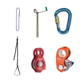 Das Bild zeigt eine Auswahl an Ausrüstungsgegenständen für die Spaltenbergung. Zu sehen ist von links oben im Uhrzeigersinn: eine Prusikschlinge, eine Eisschraube, ein Schraubkarabiner, eine Seilklemme, eine Seilrolle und eine Trittschlinge.