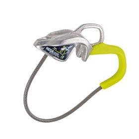 Das Bild zeigt das Edelrid Sicherungsgerät Mega Jul. Das silbern-gelbe Gerät steht aufrecht in Bildmitte.