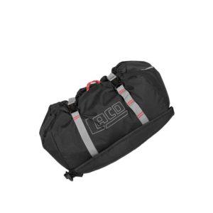 Das Bild zeigt den LACD Seilsack. Der schwarze Rope Bag liegt schräg in Bildmitte. Man erkennt die Schulterriemen und die grauen Kompressionsstreifen.