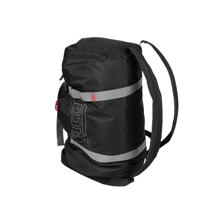 Das Bild zeigt den LACD Seilsack. Der schwarze Rope Bag liegt in Bildmitte aufrecht. MAn erkennt die Schulterriemen und die grauen Kompressionsstreifen.