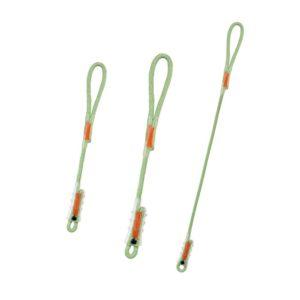 Das Bild zeigt die drei Varianten der Beal Dynaclip Selbstsicherungsschlinge. Die grünen Schlingen sind nebeneinander in Bildmitte auf einem weißem Quadrat zu sehen. Man erkennt alle Produktdetails wie die abgenähten Enden und die Kunststoffschutz-Hüllen über den Nähten.