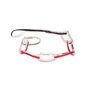 Das Bild zeigt die Fixe Multi Chain Pro Daisy Chain auf einem weißem Quadrat. Die rot-weiß-schwarze Standplatzschlinge liegt in einem Bogen und horizontal im Bild. Man erkennt ihre Funktionsweise und die einzelnen Ringe.