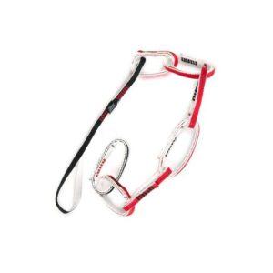 Das Bild zeigt die Fixe Multi Chain Pro Daisy Chain auf einem weißem Quadrat. Die rot-weiß-schwarze Standplatzschlinge liegt schräg im Bild. Man erkennt ihre Funktionsweise und die einzelnen Ringe.