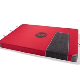 Das Bild zeigt eine rote Bouldermatte. Zu sehen ist die Matte in einem weißem Rechteck optimiert für die Darstellung in einem Online Klettershop.