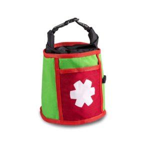 Das Bild zeigt das Ocun Boulder Bag in der Farbe grün. Das Boulder Chalkbag steht aufrecht in Bildmitte vor weißem Hintergrund. Man erkennt die Produktdetails wie den Tragriemen, das Logo in weiß auf einem rotem Rechteck sowie die kleine Außentasche.