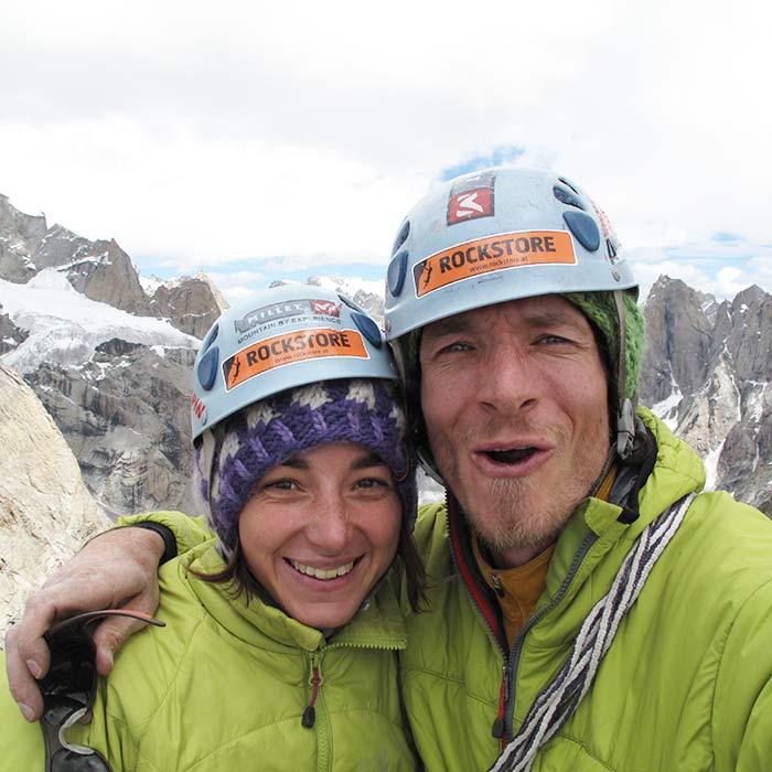 Das Bild zeigt ein Paar am Gipfel eines BErges. Es stellt symbolisch die Partner der Firma bolting.eu dar, weil Erfolg nur im Team möglich ist.