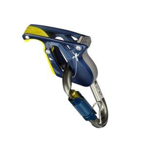 Das Bild zeigt das Salewa Ergo Belay auf einem weißem Quadrat. Man erkennt das dunkelblaue Sicherungsgerät und den antrazifarbenen Twist Lock Karabiner in allen Details.