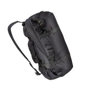 Das Bild zeigt den Salewa Seilsack auf einem weißem Quadrat. Der schwarze Seilrucksack steht leicht schräg in Bildmitte. Man erkennt die Trageriemen, die Kompressionsriemen und die Seitentaschen.