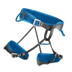 Das Bild zeigt den Salewa Xplorer Klettergurt auf einem weißem Quadrat. Der blaue Gurt ist ausgebreitet in Bildmitte zu sehen. Er steht leicht schräg und man erkennt alle Produktdetails wie die Hüftschlaufen, MAterialschlaufen, Anseilschlaufe und die verstellbaren Beinschlaufen.