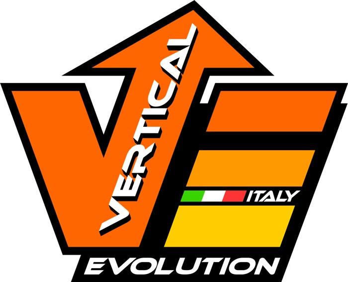 Das Bild zeigt das Logo von Vertical Evolution. Ein orange gehaltenes V und E mit schwarzem Rand sowie dem ITALY Schriftzug bzw. Flaggen Farben.